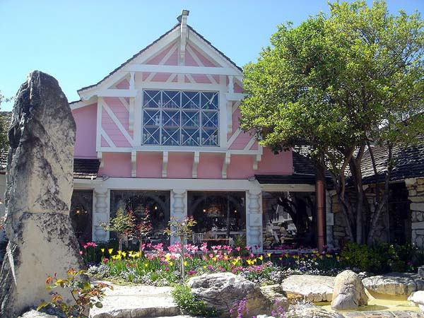 The Swiss Chalet Architecture of the Madonna Inn (Photo by DSC03657/Creative Commons)