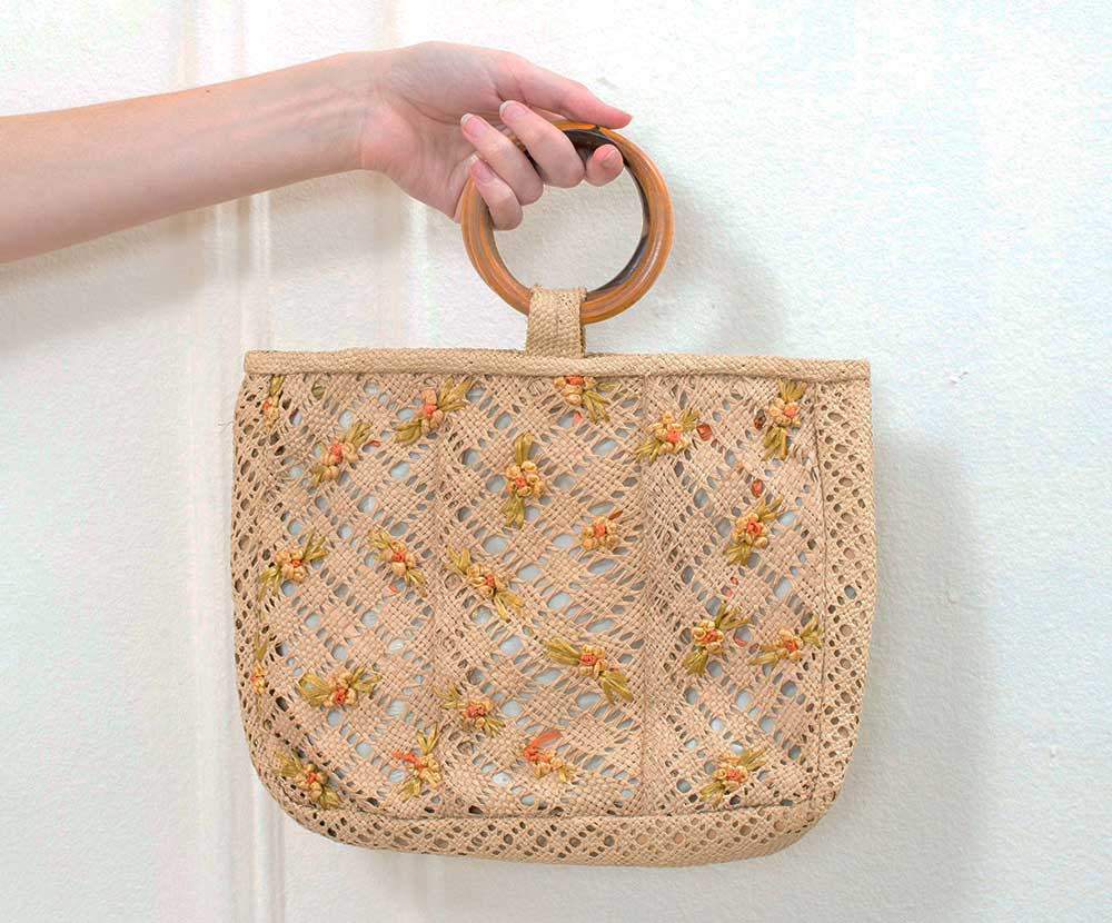Vintage woven handbag with wood handle offered by goodbye on Etsy